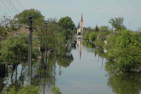Ursache Für Die Überschwemmung Waren 2 Wochen Andauernde Starke Regenfälle  Im Westen Rumäniens, Sodass Dies Zusammen Mit Der Einsetzenden  Schneeschmelze Auf ...
